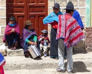 Indigene mit Kind beim Markt in Guamote, Ecuador