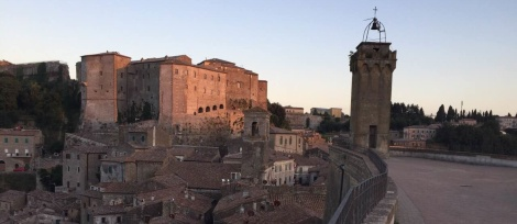 Stadtbesichtigung in Sorano beim Toscana-Urlaub mit Kindern