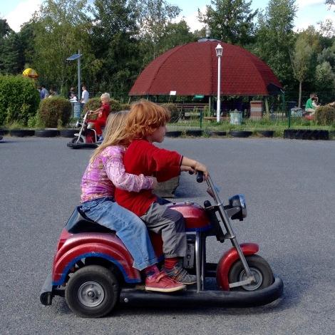 Kinder beim Motorradfahren in Germendorf